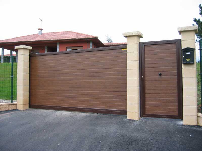 Puerta-corredera-en-panel-acanalado-imitación-madera
