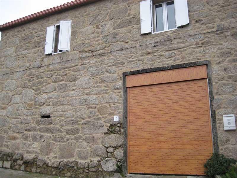 puerta seccional de garaje en piedra