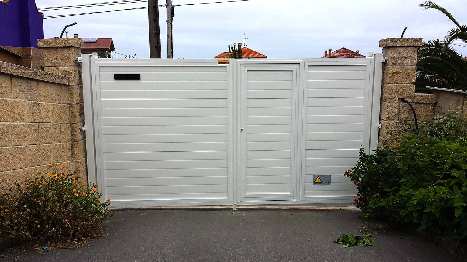 porton de entrada a finca basculante 2 hojas con puerta peatonal lacado en blanco