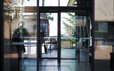 Cómo funcionan los sensores de las puertas automáticas