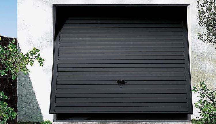 puerta basculante de acero oscuro
