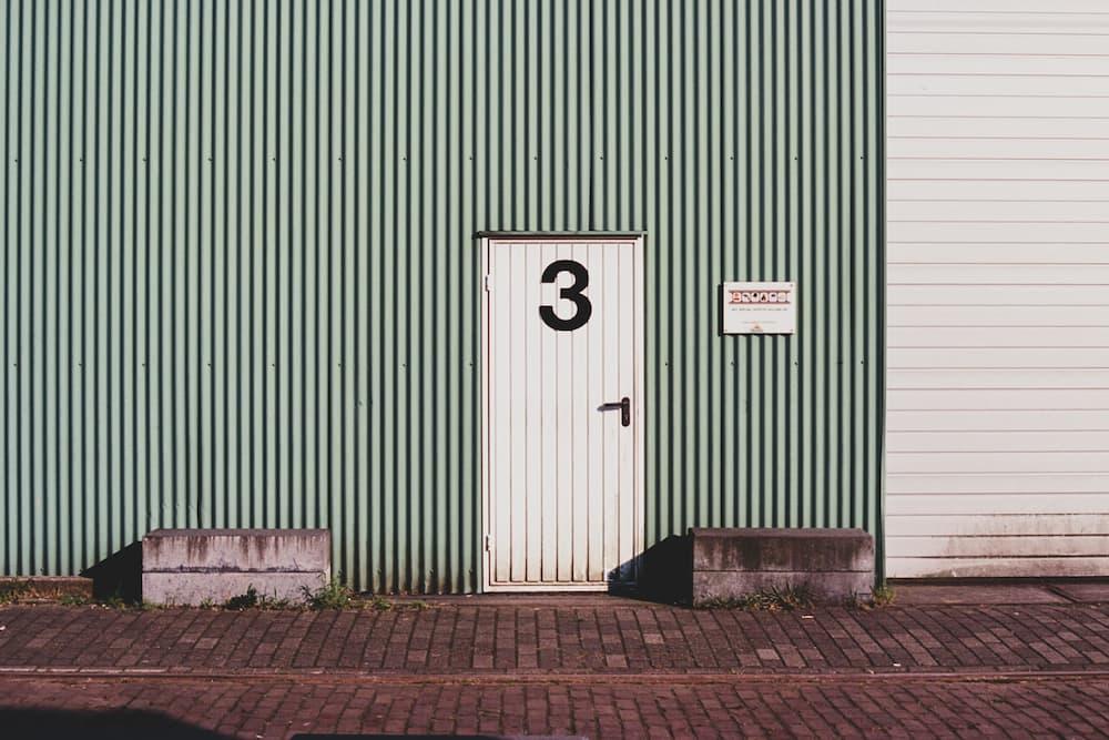 puerta batiente de nave industrial